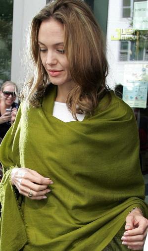 angelina-jolie-green-shawl-022.jpg