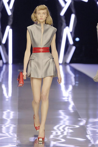 alexander-mcqueen-spring-2008-rtw-grey-dress-red-belt-1.jpg