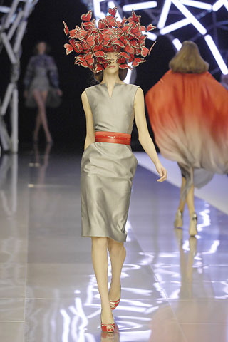 alexander-mcqueen-spring-2008-rtw-grey-dress-red-belt.jpg