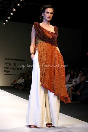 1-tarun-tahiliani-spring-09-delhi-fashion-week.jpg