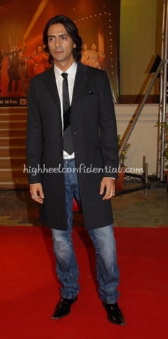 arjun-rampal-nach-baliye-red-carpet-black-trench-coat-black-tie1.jpg