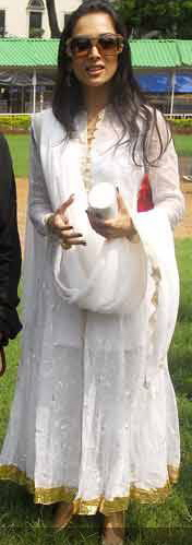 malaika-arora-khan-horse-and-dog-fashion-show-at-mahalaxmi-racecourse-white-anarkali-1.jpg
