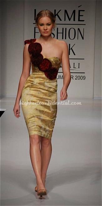 nalanda-bhandari-runway-lakme-fashion-week1.jpg