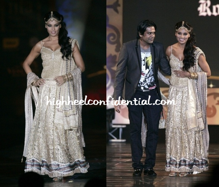 bipasha-basu-iifa-fashion-runway