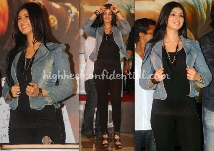 ayesha-takia-wanted-press-meet-denim-jacket