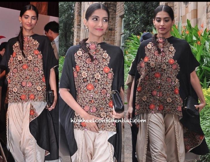 Sonam Kapoor In Anamika Khanna At Navbharat Times Event-2
