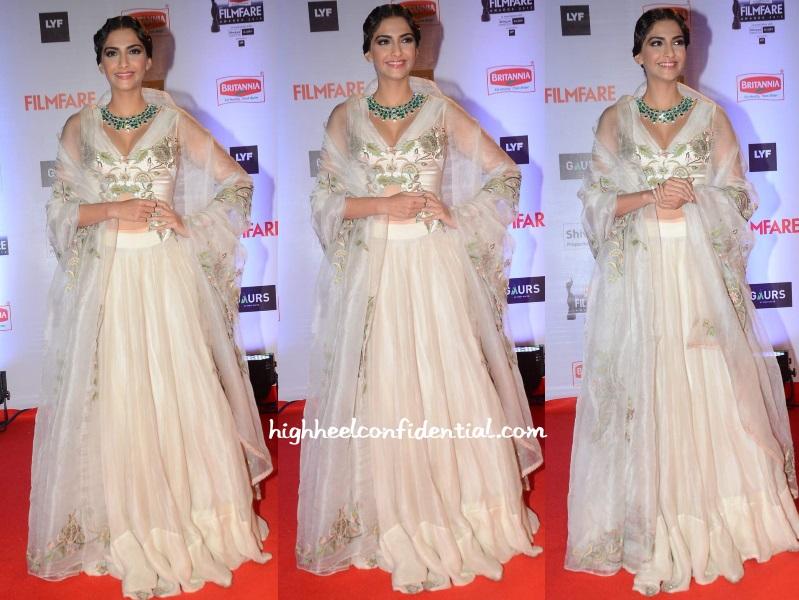sonam-kapoor-anamika-khanna-filmfare-awards-2016
