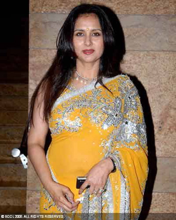 poonam-dhillon-yellow-sari-jul-14.jpg