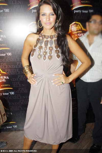 blenders-pride-party-tour-2008-neha-dhupia-ranna-gill.jpg