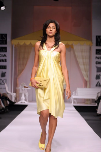 neha-dhupia-shantani-and-nikhil-yellow-dress-ss08-singh-is-kinng-success-bash.jpg
