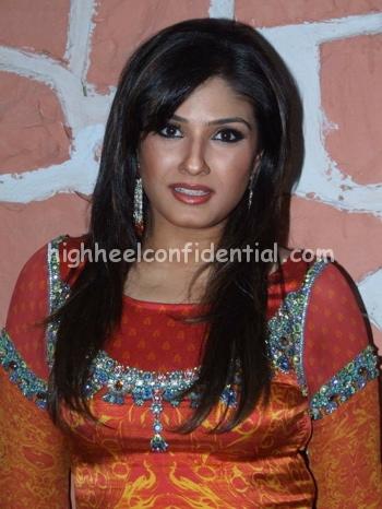 raveena-tandon-chak-de-orange-outfit-11.jpg