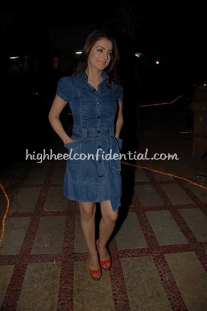 ameesha-patel-nail-spa-denim-dress.jpg