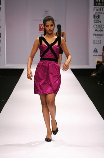 bipasha-basu-opening-of-tods-boutique-fuschia-dress-gauri-and-nainika-fall-08-1.jpg
