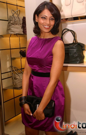 bipasha-basu-opening-of-tods-boutique-fuschia-dress-gauri-and-nainika-fall-08.jpg