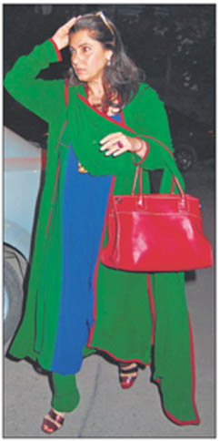 dimple-kapadia-blue-green-salwar-kameez-red-bag-ekta-kapoor-diwali-party.jpg