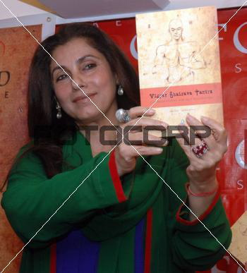 dimple-kapadia-book-launch-green-and-blue-outfit.jpg