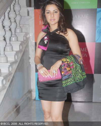 kahkashan-patel-post-lakme-fashion-week-bash-black-and-pink-dress.jpg