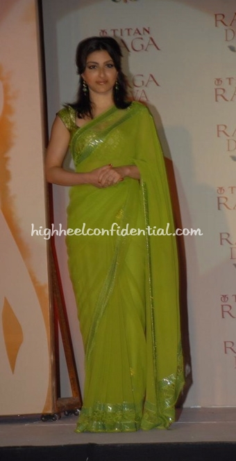 soha-ali-khan-titan-raga-green-sari-diva-launch1.jpg