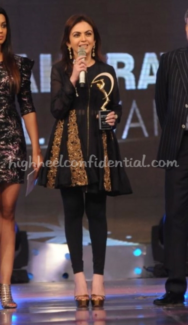 neeta-ambani-ipl-awards-2010-anamika-khanna