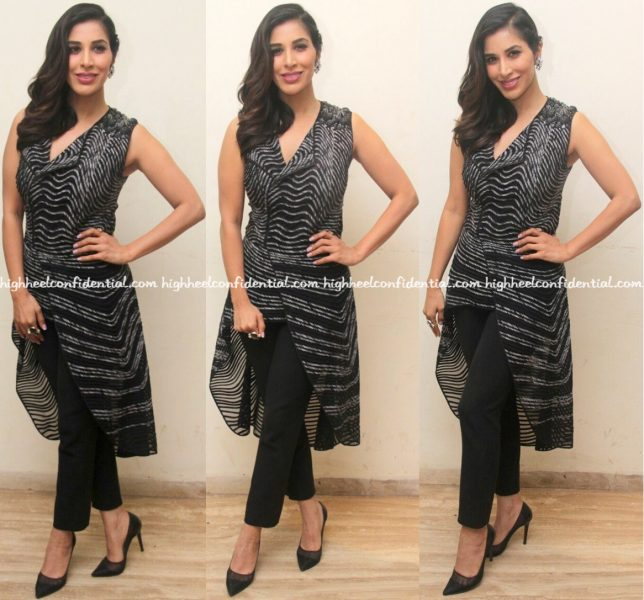 wearing-rohit-gandhi-rahul-khanna-sophie-choudry-promotes-her-single-at-a-college-fest-in-mumbai-1